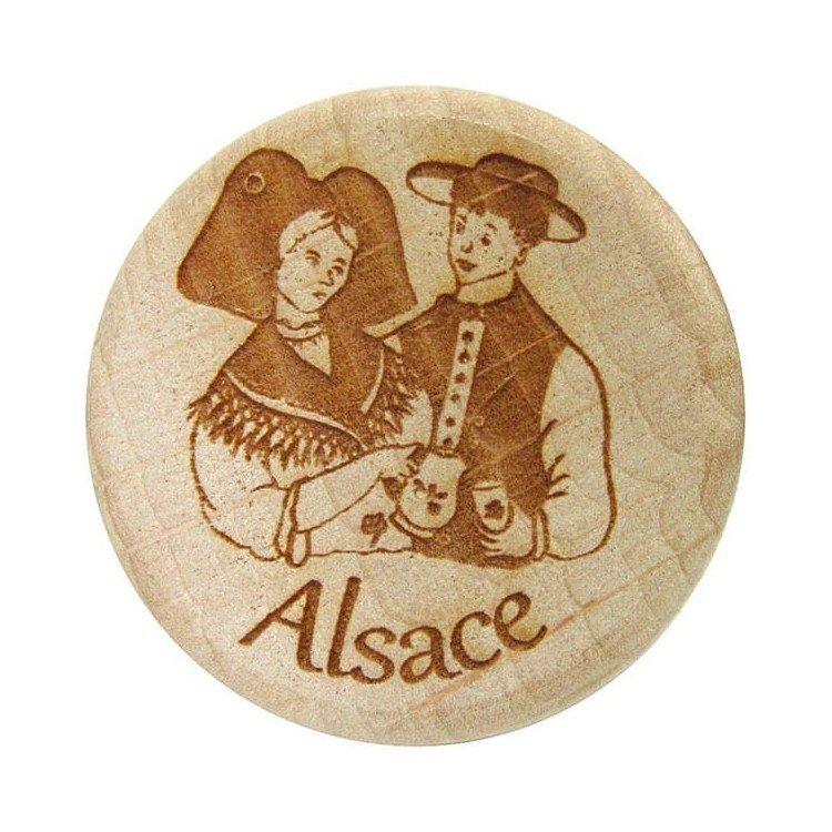 Découvrez Bouchon en Bois et Liège gravé Couple d'Alsacien au Magasin La Boite aux Trésors à Obernai