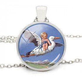 Halsketten-Anhänger mit gebogenem Glas blauen Hintergrund Storch und Baby Alsace