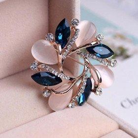 Ausgefallene goldene Brosche Opal Blumenform Set mit Strass in La Boite aux